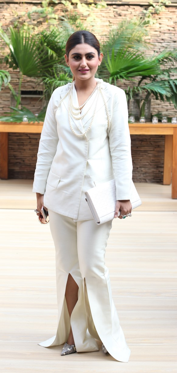 anush-ammar-an-all-white-suit-gets-an-impactful-uplift-with-knee-high-slits